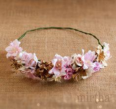 Esta media corona de flores para el pelo es pura delicadeza. Por sus tonos, su forma y la combinación de las flores de papel, esta corona es ideal tanto para invitadas como para novias