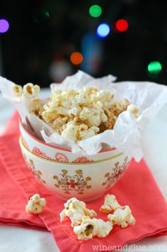 Gingerbread Kettle Corn | www.wineandglue.com | Delicious kettle corn flavored with gingerbread and drizzled with white chocolate Popcorn Snacks, Kettle Corn, Holiday Candy, Christmas Treats, Yummy Snacks, White Chocolate, Gingerbread, Food And Drink, Appetizers