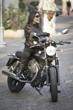 Moto Guzzi sesion photo model motorcycle girl - girls and bikes - Motorrad Virago 125 Bobber, Guzzi Bobber, Moto Guzzi Motorcycles, Bobber Chopper, Scrambler, Moto Guzzi V7 Stone, Motorbike Girl, Motorcycle Bike, Women Motorcycle
