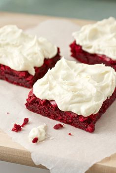 Red Velvet Brownies with White Chocolate Buttercream. I already know red velvet brownies are amazing, but with white chocolate buttercream? Can't wait to try. Köstliche Desserts, Delicious Desserts, Yummy Food, Dessert Healthy, Baking Recipes, Cake Recipes, Dessert Recipes, Snacks Recipes, Frosting Recipes