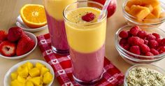 Zweifarbiger Mango-Ananas-Erdbeer-Himbeer-Detox-Smoothie: www.fourchette-and . - - Smoothie détox bicolore mangue-ananas et fraises-framboises : www.fourchette-et… Zweifarbiger Mango-Ananas-Erdbeer-Himbeer-Detox-Smoothie: www. Healthy Work Snacks, Diet Snacks, Healthy Smoothies, Smoothie Recipes, Healthy Foods, Delicious Desserts, Yummy Food, Dessert Aux Fruits, Meal Replacement Shakes