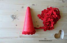 avvolgere cono per albero a uncinetto Crochet Tree, Crochet Christmas Trees, Christmas Tree Pattern, Christmas Crochet Patterns, Christmas Deco, Crochet Earrings, Miniatures, Crafts, Art Work