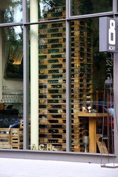 Weinregal aus Paletten im Restaurant Acht in Köln
