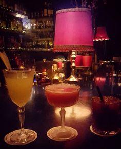 Extrem dunkel, extrem dichte Atmosphäre und fantastische Drinks. Diese versteckte Bar am Mainufer darfst Du nicht verpassen. Sie hat keinen normalen Eingang, Du musst klingeln. Du wirst Dich in diesem kleinen, dunklen Raum wie James Bond fühlen und jedes Date beeindrucken.Mainkai 7, 60311 Frankfurt am Main