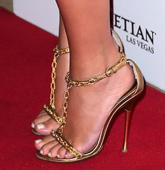 My favorite Tom Ford shoes, her beautiful feet make all the set look just perfect: on golden color, in its chic but simple style, and all that nude sexy glam. Love it!