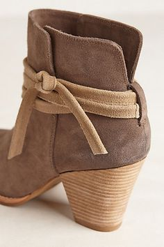 Different Kinds of Ankle-High Booties Suede side-tie bootiesSuede side-tie booties Pretty Shoes, Cute Shoes, Me Too Shoes, Look Fashion, Fashion Shoes, Autumn Fashion, Bootie Boots, Shoe Boots, Ankle Boots