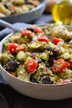 Esta ensalada de quinoa con pesto es fácil y rápida de hacer, repleta de sabor y un arco iris de verduras mediterráneas. Es el plato perfecto para un día de entresemana cuando no tienes ganas de cocinar o para llevar como acompañamiento a una barbacoa o picnic.