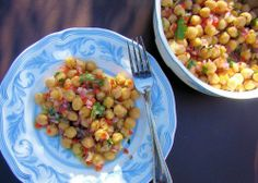 Try this easy & light chickpea salad you'll love (RECIPE) Chickpea Recipes, Chickpea Salad, Veggie Recipes, Salad Recipes, Vegetarian Recipes, Cooking Recipes, Eating Light, Comida Latina, Good Healthy Recipes