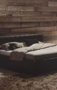 Horizontale steigerhouten wand achter het bed