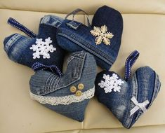 Recycled denim and lace hanging heart decoration - Valentine Denim And Lace, Artisanats Denim, Valentine Crafts, Valentines, Sewing Crafts, Sewing Projects, Diy Projects, Sewing Tips, Sewing Tutorials