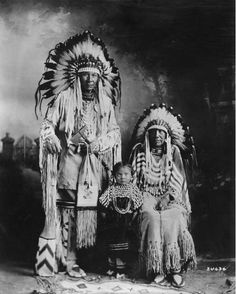 Chief Duck, his wife and little girl, wearing the traditional costume of the Blackfoot with feather headresses. le mari et la femme en coiffure de plumes Native American Pictures, Native American Quotes, Native American Tribes, Native American History, American Indians, American Symbols, Blackfoot Indian, Indian Tribes, Native Indian