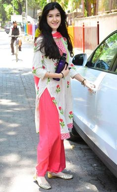 Casual Indian Fashion, Indian Fashion Dresses, Dress Indian Style, Indian Outfits, Sonam Kapoor Wedding, Casual College Outfits, Denim Fashion, Fashion Outfits, Bollywood Dress