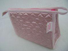Nécessaire confeccionada com tecido matelado e forrada com nylon. <br> Mede aproximadamente 19cm de largura, 14cm de altura e 8cm de profundidade.