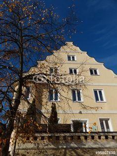 Prächtige Fassade eines Altbaus in Markt Burgheim im Herbst in Neuburg-Schrobenhausen