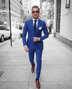 costard bleu, homme d'affaires, pantalon type cigarette, cravate bleue, mouchoir de poche blanc, chaussures en marron clair, chaussettes en bleu nuit