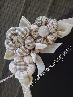le creazioni di antonella: LAVAGNETTA CON FIORI IMBOTTITI SUI TONI DELL' ECRÙ.. Fabric Flower Pins, Tissue Paper Flowers, Felt Flowers, Diy Flowers, Crochet Flowers, Sewing Crafts, Sewing Projects, Christmas Fabric Crafts, Shabby Chic Flowers