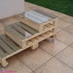 Mesa de centro con pallet y cubierta de vidrio