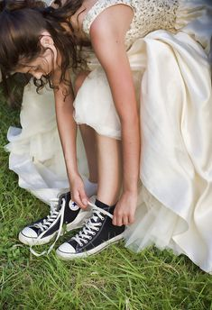 I WILL have a prom picture if me putting on my converse Prom Pictures Couples, Homecoming Pictures, Prom Couples, Teen Couples, Maternity Pictures, Prom Picture Poses, Prom Poses, Dress With Converse, Converse High