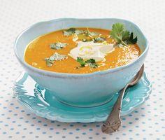 Gör en härligt kryddig morotssoppa med apelsinkräm till middag. Soppan får en karaktäristisk smak av bland annat spiskummin, ingefära och extra stark curry. Mixa den varma soppan slät och servera med en klick len kräm och ett gott bröd.