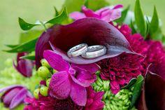 Der Brautstrauß mit den Trauringen.