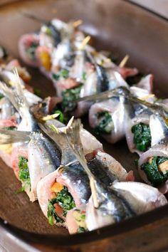 Pour 4 personnes Préparation : 35 minutes Cuisson : 20 minutes ½ baguette de pain rassis 1 échalote 3 à 4 gousses d'ail 20 sardines fraîches 500g d'épinards...
