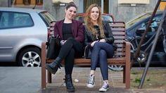 Lukiolaiset Francesca ja Corinna käyttävät vaatteisiin korkeintaan satasen kuussa.