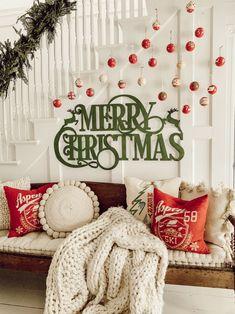 🌟Tante S!fr@ loves this📌🌟 DIY Christmas Ornament Gallery Wall Merry Christmas, Christmas Love, Diy Christmas Ornaments, Outdoor Christmas, All Things Christmas, Christmas Holidays, Christmas Wreaths, Hanging Ornaments, Christmas Ideas