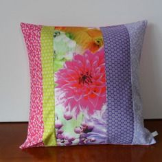 Housse de coussin patchwork, fleurie en fuchsia, violet, mauve et vert anis