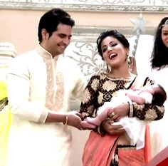 Ye Rishta kya kehlata hai fem Akshara - Hina Khan, Akshara's Saree blouse pattern, full sleeve blouse with floral motif embroidery, Sari Patli with the same embroidery of Blouse. Rest of the saree is plain with sparkling badla embroidery.