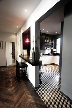 Un appartement rénové près du parc Monceau - Interior Design Living Room, Interior Decorating, White Countertops, Küchen Design, Kitchen Flooring, Kitchen Decor, Kitchen Bars, Sweet Home, New Homes