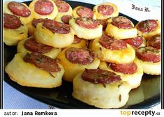 Klobásová kolečka k vínku, nebo pivku recept - TopRecepty. Slovak Recipes, Czech Recipes, Good Food, Yummy Food, Tasty, Czech Desserts, Baking Recipes, Vegan Recipes, Appetizer Recipes