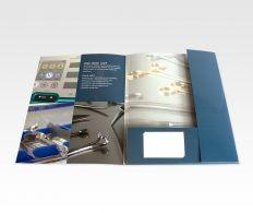 Luxe mappen voor een professionele uitstraling! Enkel- of dubbelzijdig gedrukt in full colour of in uw eigen huisstijl PMS kleuren. Voor een exclusieve uitstraling zijn de mappen ook met spot-uv lak leverbaar. U heeft de optie om de mappen te voorzien van mat- of glanslaminaat voor extra stevigheid. Kies uit een grote collectie map vormen. Levertijd vanaf 4-5 werkdagen. #huisstijl, #bedrijfshuisstijl, #drukwerk, #drukkerij, #flyersonline,