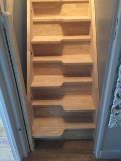 Escalier à pas japonais pour gagner de la place. Escalier gain de place pour espaces réduits. Escalier bois, escalier pas japonais, escalier pas décalés, escalier gain de place.