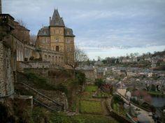 Uzerche: Tuinen en huizen van de stad, de Vezere rivier de onderstaande - France-Voyage.com