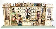 Kaufladen, B: 74 cm, H: 40 cm, T: 31 cm, 2 Schaufenster mit Fensterglas, Theke, reichhaltiges Zubehör, Dosen, Weißblechdosen, bunt lithogr., dekorativ
