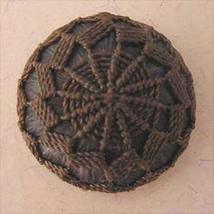 Dorset variation for embellishment. Diy Buttons, How To Make Buttons, Large Buttons, Vintage Buttons, Flag Dress, Dorset Buttons, Crochet Wool, Passementerie, Fabric Beads