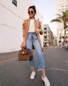 Cropped Fray Wide Leg Denim Jeans and Sneaker Look Menswear Inspired Jacket Style Casual Chic Outfit Style Outfit Jeans, Lässigen Jeans, Jacket Jeans, Denim Outfits, Cropped Jeans Outfit, Wedges Outfit, Blazer Jeans, Outfits Damen, Men Shorts