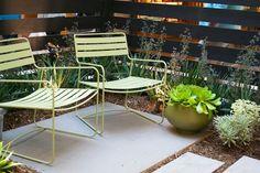 #Terrasse avec fauteuils #Surprising lounger couleur #vert #Tilleul #Fermob www.fermob.com / #outdoor