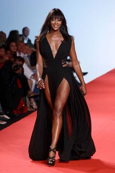 Can't believe Naomi Campbell is smiling! Naomi Campbell Platform Sandals - Naomi Campbell Looks - StyleBistro Top Models, Black Models, Female Models, Women Models, Christy Turlington, Naomi Campbell, Beautiful Black Women, Beautiful People, Black Supermodels