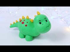 How to make fondant Dinosaur cake topper! This is very easy, step by step tutorial for a dinosaur cake topper. Perfect for a kids birthday cakes! More cake t. Dinosaur Cake Easy, Dinosaur Cakes For Boys, Dinosaur Cake Toppers, Dinosaur Cupcakes, Dino Cake, Diy Cake Topper, Cake Topper Tutorial, Fondant Cake Toppers, Fondant Figures