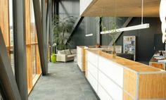 Empfang    Die Möglichkeit, sowohl gerade als auch gebogene Strukturen einzusetzen, erweitert den gestalterischen Spielraum des AluOffice Programms erheblich. Dies ist gerade für die Gestaltung von Empfangsbereichen ein grosser Vorteil. Aluminium, Modern, Divider, Room, Design, Furniture, Home Decor, Bedroom, Trendy Tree