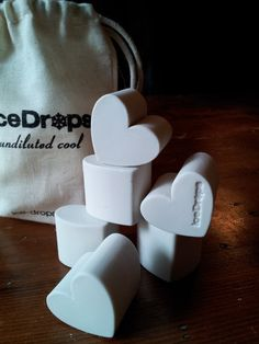 iceDrops Hearts are made of ceramic and can be used instead of ice cubes to chill your drink.