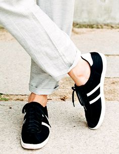 Today's Hot Pick :Two-Stripe Lace-Up Sneakers http://fashionstylep.com/P0000WFK/theaction/out Add a sporty element on your look with this pair of two-stripe lace-up sneakers. For a stylish casual attire, pair it with a half-sleeve oxford shirt and a pair of gray pants. - Round toes - Two-stripe accent - Lace-up style - Flat soles - Color: Black, Gray