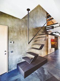 escalier suspendu en métal avec départ caissonné