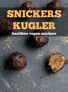 Sunde sukkerfri snickerskugler lavet af peanuts, dadler, peanutbutter og chokolade - let og sundere snack, som slet ikke skal bages!