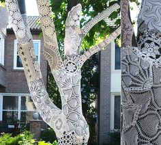 Lace wrapping on the tree. So beautiful and very very different. Who's going to try this? Perhaps for an outdoor wedding?