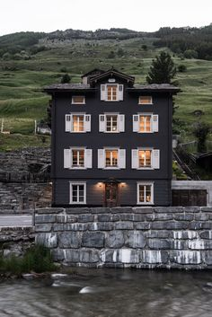 This is the house on the hearth and hand Joanna gaines stuff in Targe!Come to the Dark Side: 14 Totally Chic Black Houses Design Exterior, Interior And Exterior, Exterior Colors, Black House Exterior, Luxury Interior, Beautiful Buildings, Beautiful Homes, Therme Vals, Humble Abode
