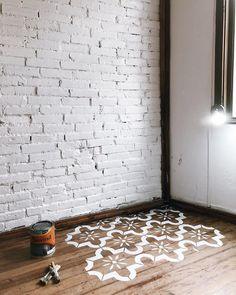 Testando o stencil no piso de madeira, vamos ver no que dá