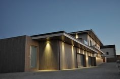 Parede exterior (Se o acabamento do telhado ficar em linha reta) Mansions, House Styles, Home Decor, Straight Lines, Lighting Design, Top Coat, Decoration Home, Manor Houses, Room Decor