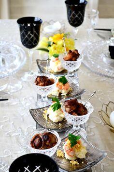 ホームパーティの魔法 1.カトラリー、テーブルクロス、お花含め、色を3色にまとめる 2.Welcome cardを作る 3.お料理は高く盛り、お皿に余裕な部分を残す